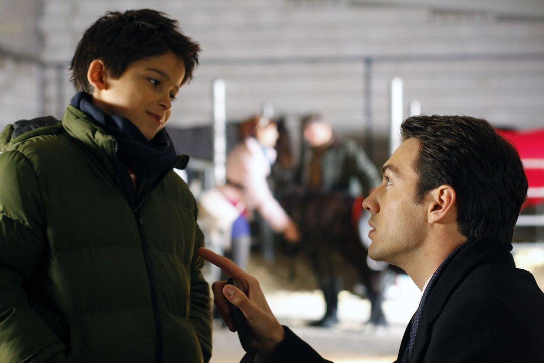 Mark (Arne Stephan, r.) kümmert sich rührend um Daniel (Alexander Türk, l.) und schon sieht Manu sich, Daniel und Mark als glückliche Familie vo... - Bildquelle: SAT.1