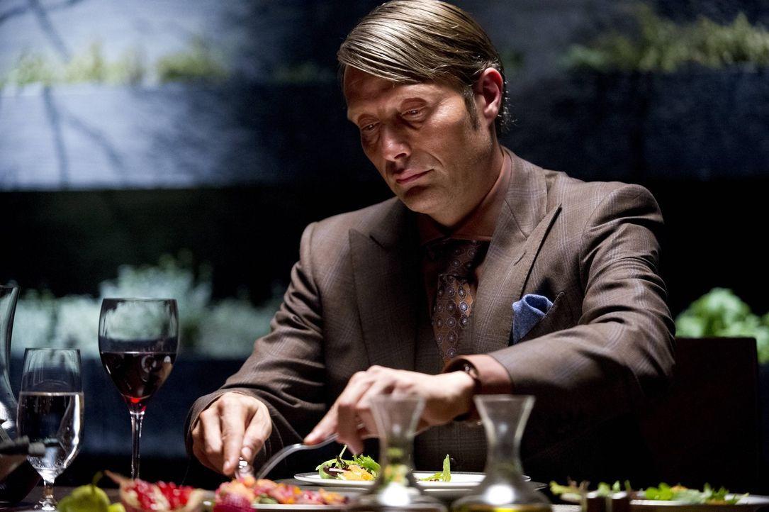 Bei Dr. Hannibal Lecter (Mads Mikkelsen) kommt nur frisches Fleisch auf den Tisch. Dass es sich allerdings um Menschenfleisch handelt, weiß außer... - Bildquelle: 2012 NBC Universal Media, LLC