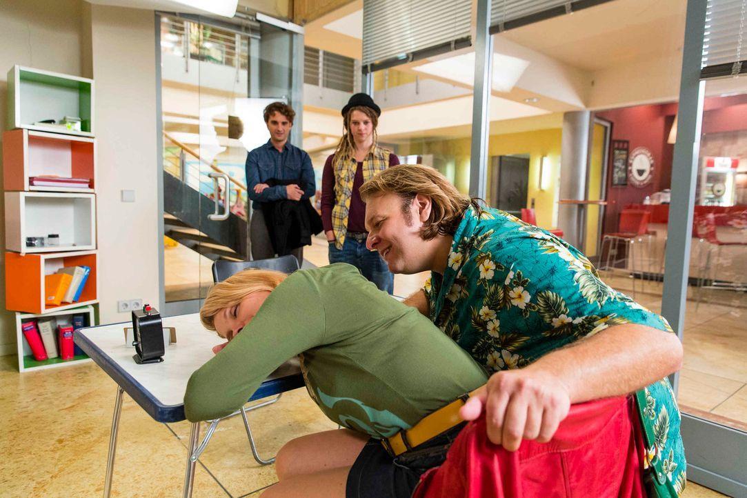 Danni (Annette Frier, l.) soll Valentin (Oliver K. Wnuk, 2.v.l.) helfen, einen Richter zu verklagen, doch vom nächtlichen Babywahnsinn ist sie total... - Bildquelle: Frank Dicks SAT.1