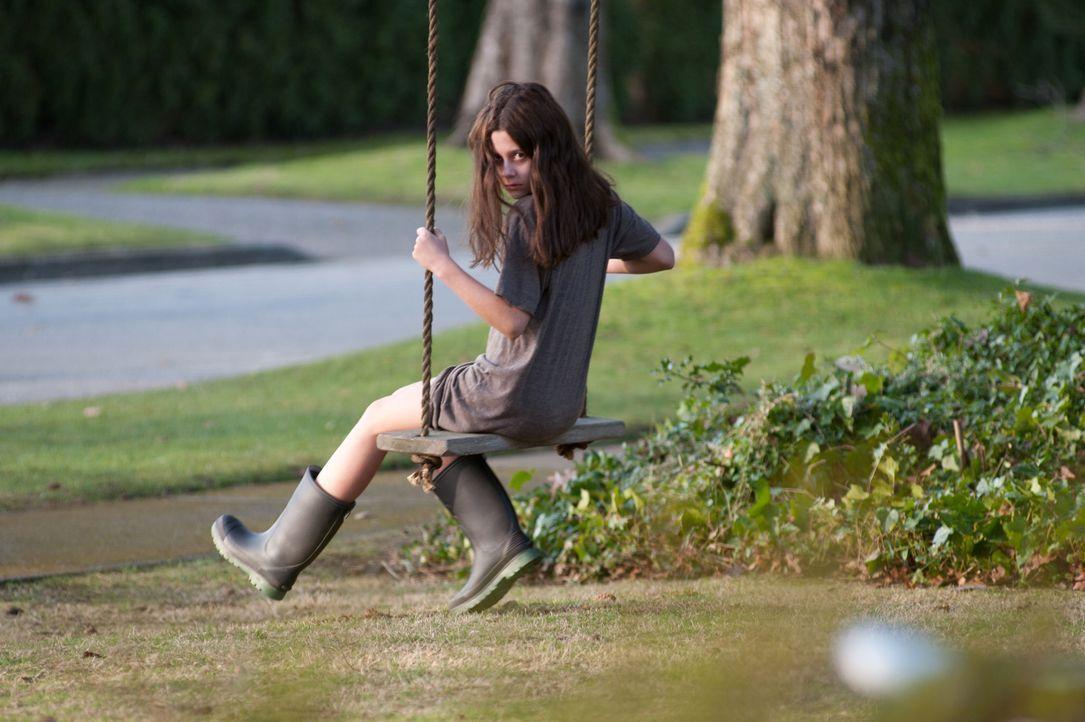 Zunächst ahnt niemand, als die kleine Em (Natasha Calis) immer gereizter und aggressiver wird, dass ein Dibbuk, ein Totengeist, der von den Seelen d... - Bildquelle: Diyah Pera Box Productions, LLC 2011
