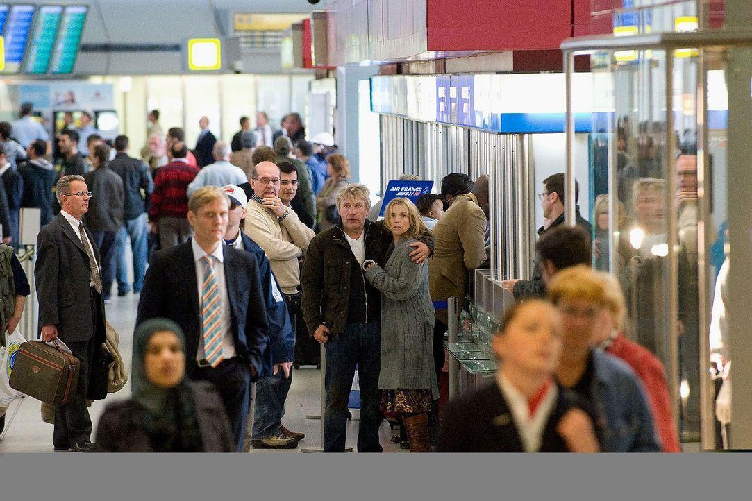 Mitten im Gedränge am Berliner Flughafen entdecken Reinhard und Hannah (Jörg Schüttauf und Tina Ruland, M.) plötzlich ihre Tochter. Jetzt müsse... - Bildquelle: Gordon Mühle Sat.1