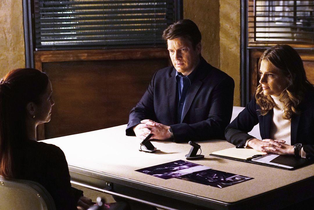 Ausgerechnet Castles (Nathan Fillion, M.) und Kates (Stana Katic, r.) Intimfeindin verteidigt den vermeindlichen Mörder: Dr. Kelly Nieman (Annie Wer... - Bildquelle: ABC Studios