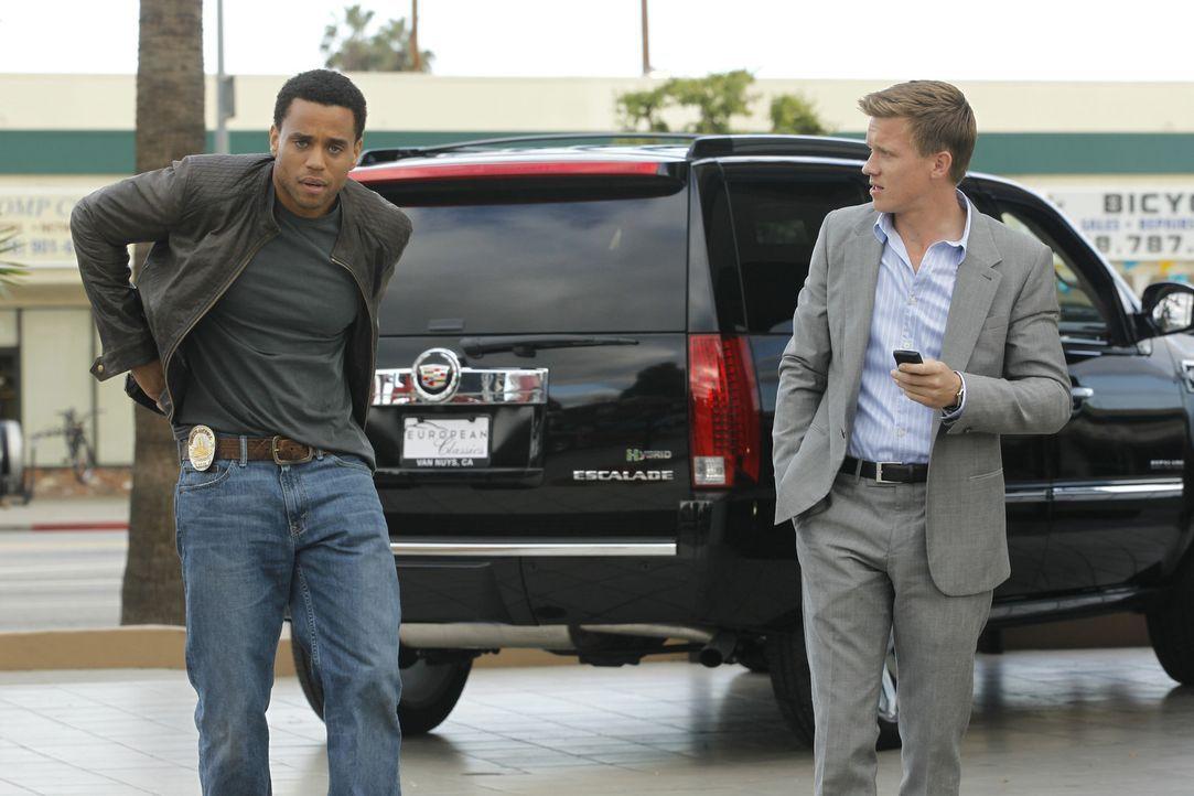 Neben ihren Streitereien ermitteln die Polizeibeamten Travis Marks (Michael Ealy, l.) und Wes Witchell (Warren Kole, r.) in einem neuen Mordfall ... - Bildquelle: 2012 USA Network Media, LLC