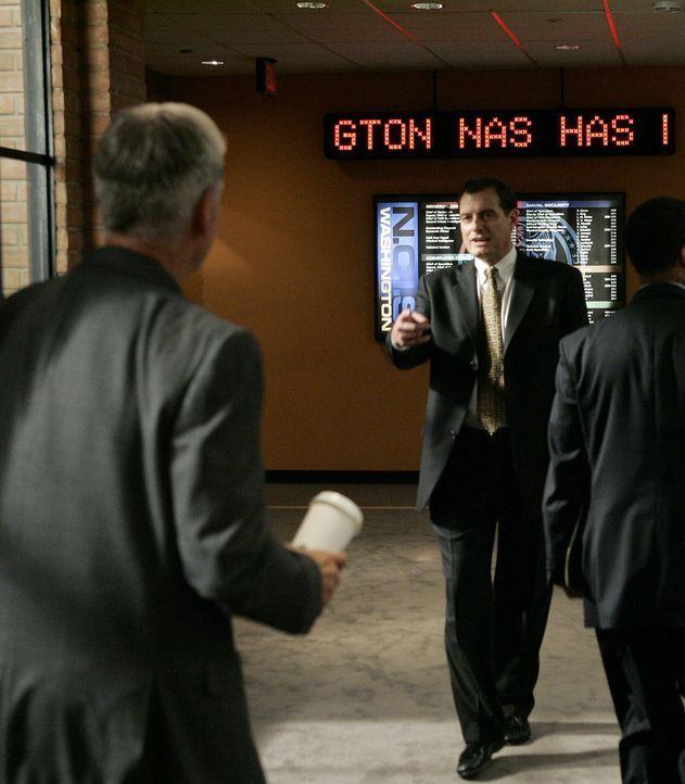 Bei den Dreharbeiten: Mark Harmon (l.) und NCIS Director Thomas A. Betro (r.) ... - Bildquelle: CBS Television
