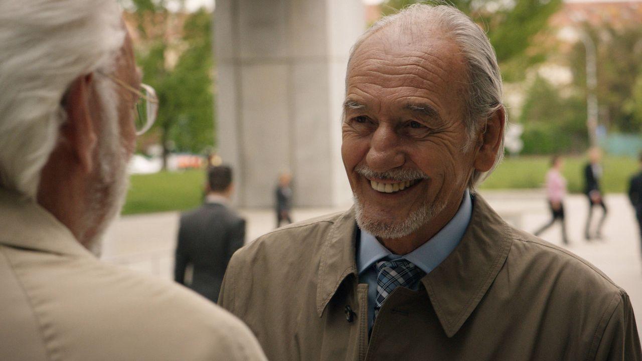 Michel Dorn (Donald Sutherland, l.) zieht für den neuen Fall seinen alten Freund Christophe Bernard (Patrick Bauchau, r.) hinzu, weil dieser ein Fac... - Bildquelle: Tandem Productions GmbH. All rights reserved.