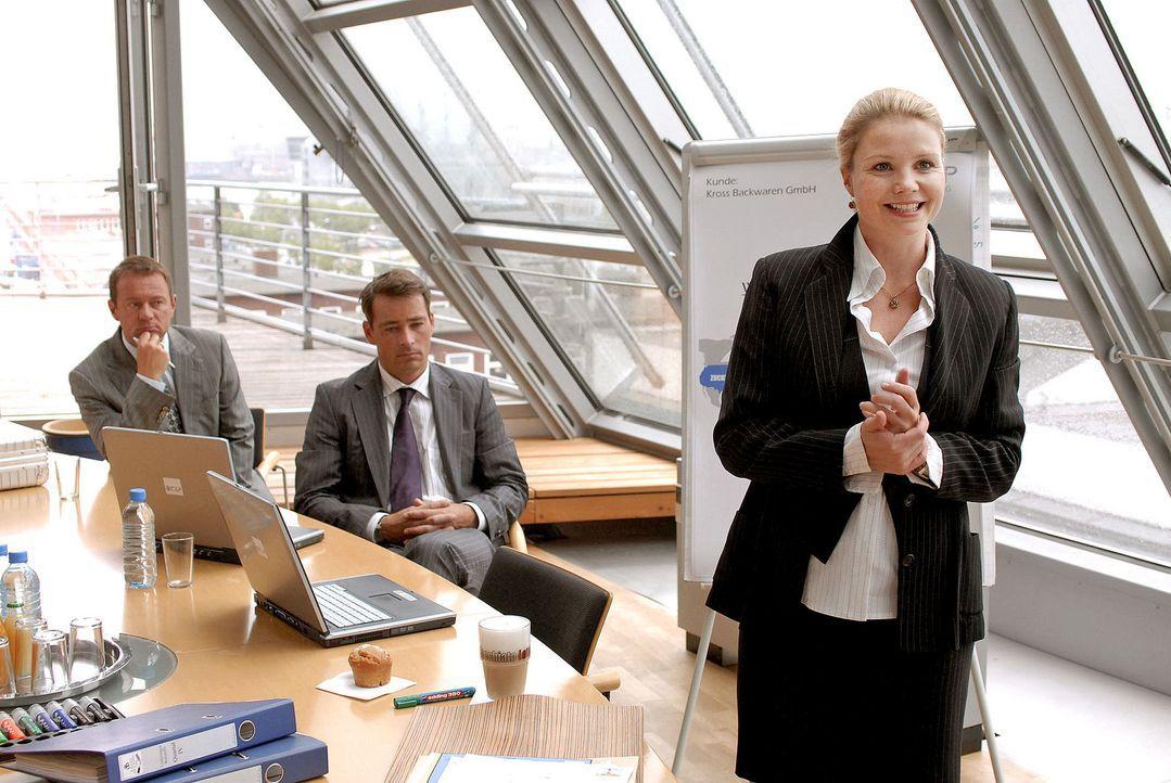 Als Hamburger Top-Unternehmensberaterin präsentiert Lissy (Annette Frier, r.) vor wichtigen Kunden. - Bildquelle: Sat.1