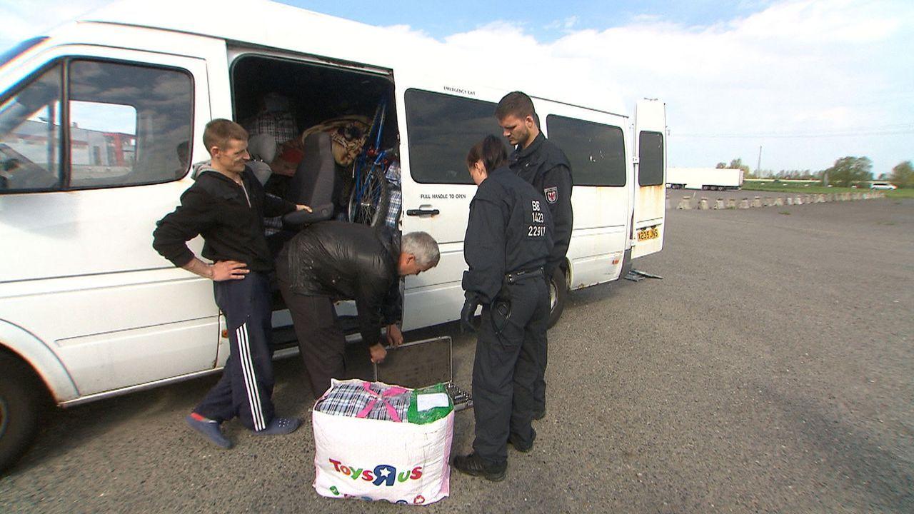 An der deutsch-polnischen Grenze blüht der Schwarzmarkt. Polizei und Zoll sind im Dauereinsatz. Die Reportage begleitet Beamte im Einsatz und versuc... - Bildquelle: SAT.1