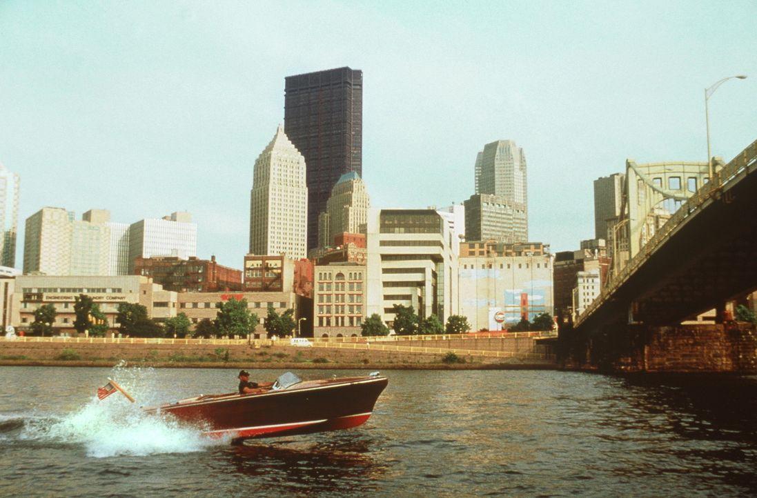 Der coolste Wasserschutzpolizist der Welt: Tom Hardy (Bruce Willis) ... - Bildquelle: Columbia Pictures