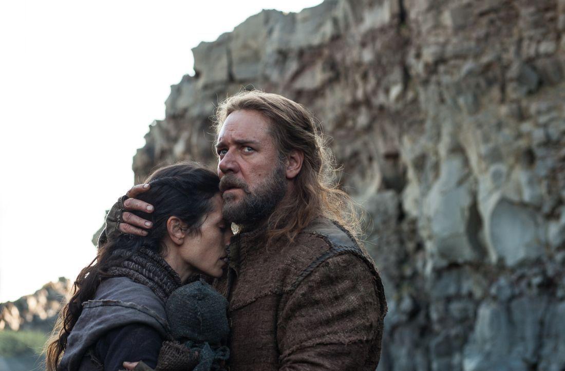 Noah (Russel Crowe, r.) und seine Frau Naameh (Jennifer Connelly, l.) erhalten von Gott den Auftrag, eine Arche zu bauen, die jeweils ein Geschlecht... - Bildquelle: 2014 Paramount Pictures Corporation. All rights reserved.