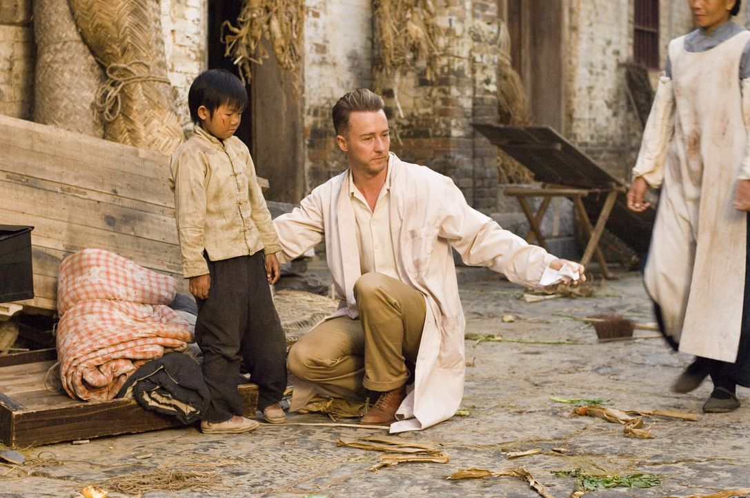 Resit mit seiner Frau in ein entlegenes chinesisches Dorf, um bei der Cholera Bekämpfung behilflich zu sein: Dr. Walter Fane (Edward Norton, M.) ... - Bildquelle: 2006 Yari Film Group Releasing, LLC. All Rights Reserved.