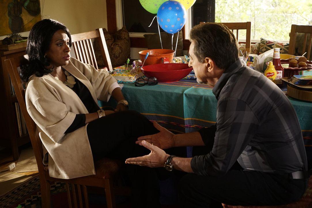 Jahrelang hat Rossis (Joe Mantegna, r.) Exfrau Hayden (Sheryl Lee Ralph, l.) ihm verschwiegen, dass er eine Tochter hat. Als die beiden sich endlich... - Bildquelle: Robert Voets ABC Studios
