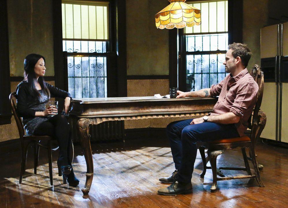 Ermittelt in einem neuen Mordfall: Sherlock Holmes (Jonny Lee Miller, r.) und Joan Watson (Lucy Liu, l.) ... - Bildquelle: CBS Television