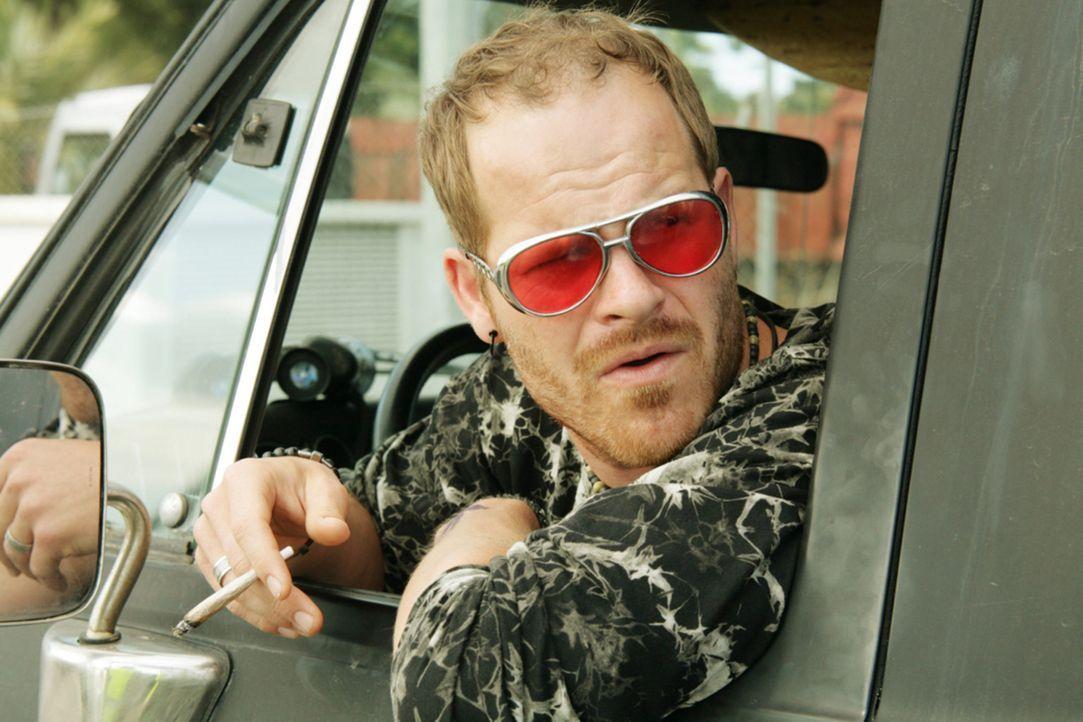 Niemand ahnt, dass Hippie Eddie (Marc Ben Puch) etwas in seinem Ferienbungalow versteckt hat, was die spanische Polizei gerne hätte ... - Bildquelle: Volker Roloff SAT.1