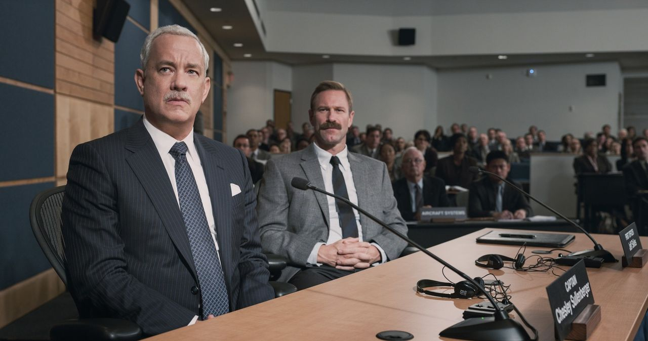 Chesley 'Sully' Sullenberger (Tom Hanks, l.); Jeff Skiles (Aaron Eckhart, r.) - Bildquelle: Warner Bros.