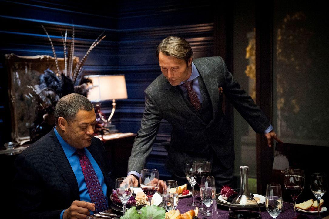 Dr. Hannibal Lecter (Mads Mikkelsen, r.) verwöhnt seinen Gast Jack Crawford (Laurence Fishburne, l.) nach allen Regeln der Kunst. - Bildquelle: Brooke Palmer 2012 NBCUniversal Media, LLC