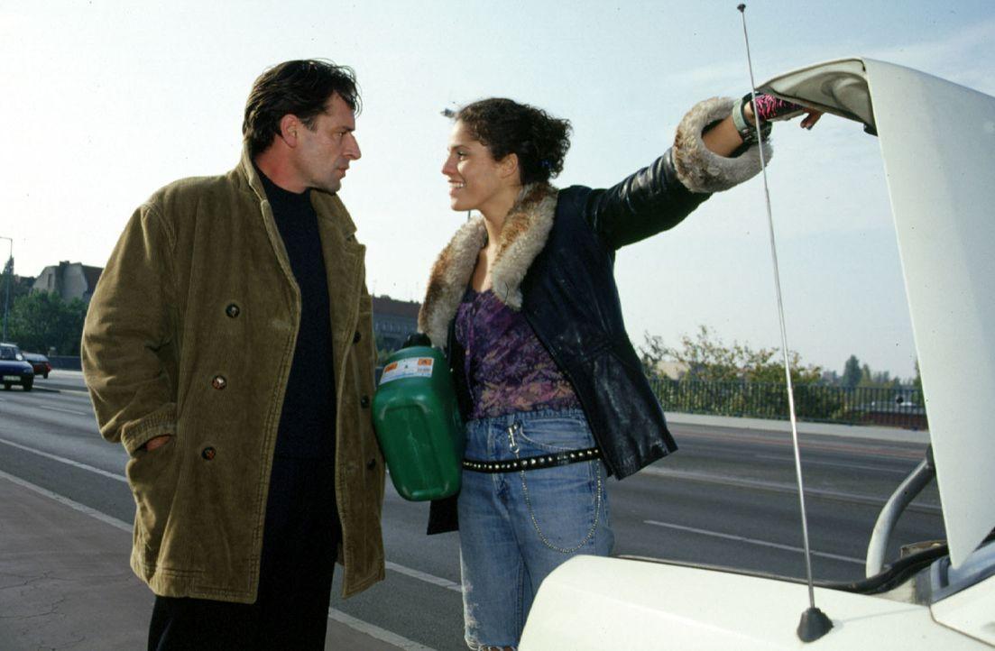 So etwas hat Benjamin (Max Tidof, l.) noch nicht erlebt: Julia (Jasmin Gerat, r.), der Fahrerin seines Taxis, ist das Benzin ausgegangen ... - Bildquelle: Sat.1