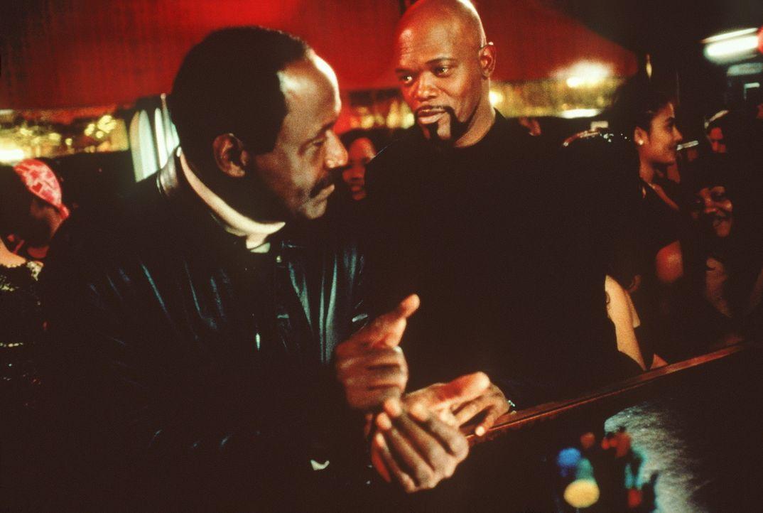 Als der Mörder Wade erneut auf Kaution freikommt, kündigt Shaft (Samuel L. Jackson, r.) den Polizeidienst, um mit Hilfe seines Onkels (Richard Rou... - Bildquelle: Paramount Pictures