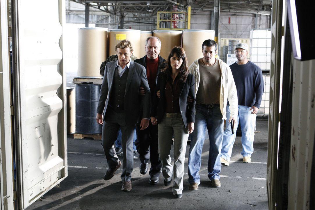 Drogenschmuggler Hank (John Kapelos, 2.v.l.) und seine Männer haben Teresa (Robin Tunney, 2.v.l.) und Patrick (Simon Baker, M.) bei ihrem Ermittlun... - Bildquelle: Warner Bros. Television