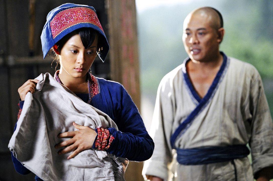 Die blinde Moon (Betty Sun, l.) nimmt sich Huo Yuanjias (Jet Li, r.) nach seinem schweren Schicksalsschlag an. Mit ihrer Großherzigkeit hilft sie ih... - Bildquelle: Constantin Film Verleih GmbH
