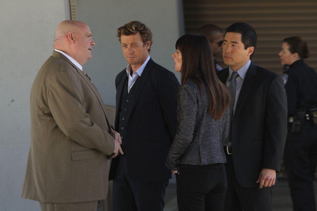 Während Patrick (Simon Baker, 2.v.l.) den Mörder in einem neuen Fall im Krankenhaus vermutet, erfährt Teresa (Robin Tunney, 2.v.r.), dass J.J. La... - Bildquelle: Warner Bros. Television