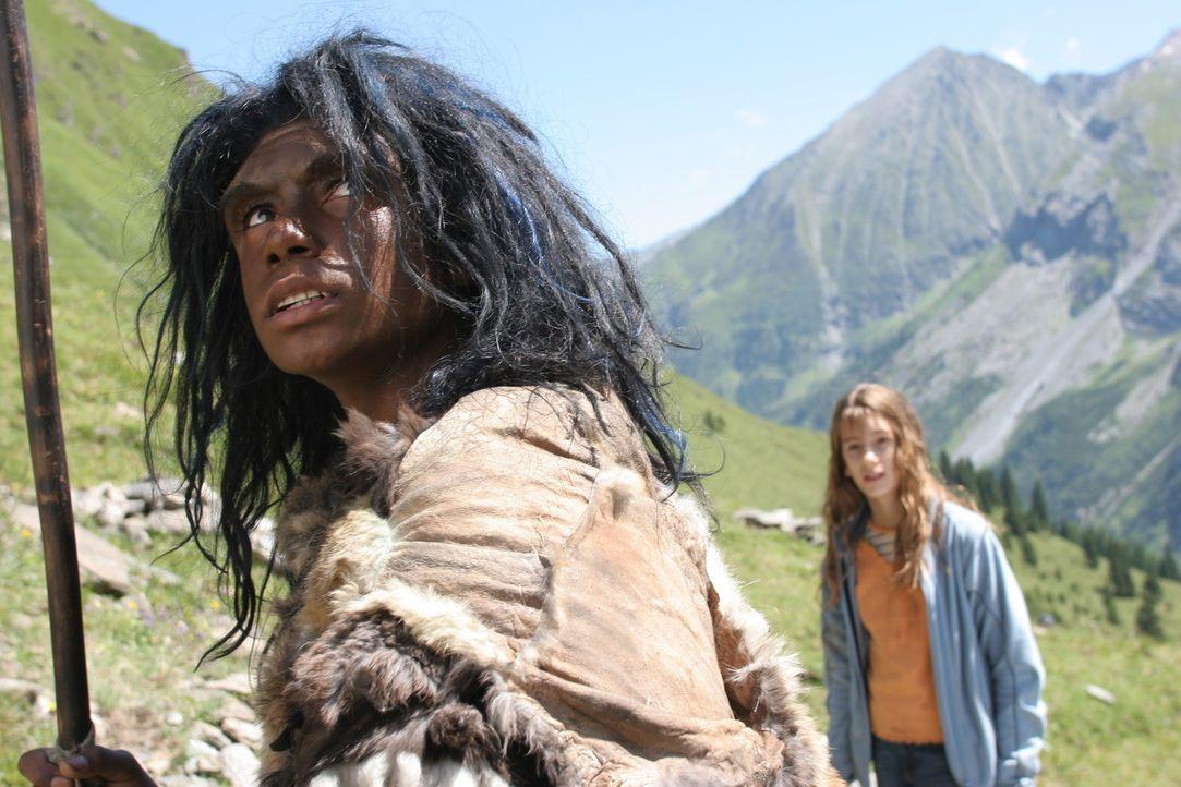 Nachdem Bataa (Clarence John Ryan, l.) zum Leben erweckt wurde, begegnet er Sophie (Julia Krombach, r.), einem von einer Ferienhütte in den Bergen... - Bildquelle: Petro Domenigg Dor Film