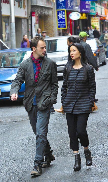 Während Sherlock Holmes (Jonny Lee Miller, l.) in einem neuen Fall ermittelt, erhält Joan Watson (Lucy Liu, r.) einen Anruf von Liam Danow, einen... - Bildquelle: CBS Television