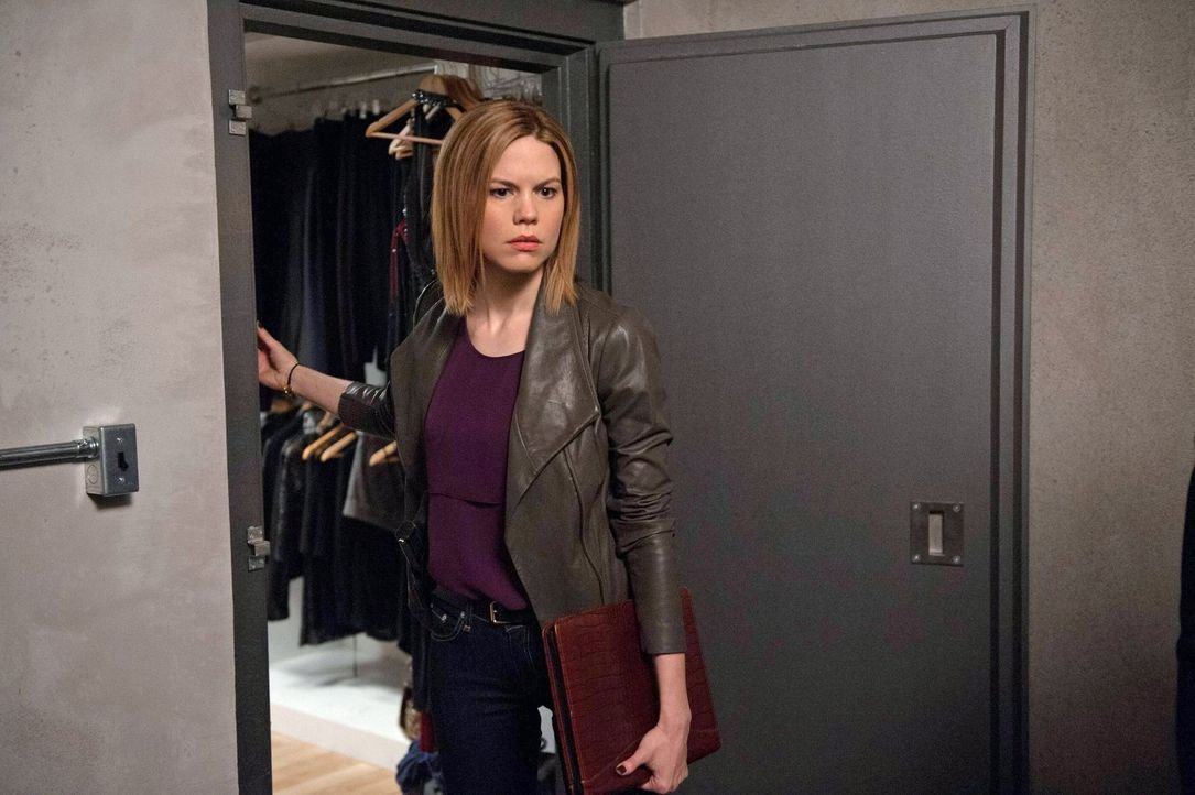 Bei den Ermittlungen in einem neuen Fall: Janice (Mariana Klaveno) ... - Bildquelle: Warner Bros. Entertainment, Inc.