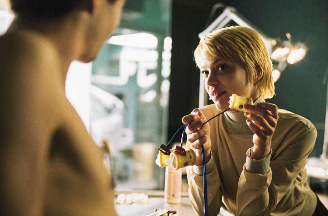 Untersuchung oder Sex? Die Studentin Viktoria (Heike Makatsch, r.) experimentiert neben der Muskelforschung auch mit selbst gemixten Sexdrogen. Dies... - Bildquelle: 2004 Sony Pictures Television International. All Rights Reserved.
