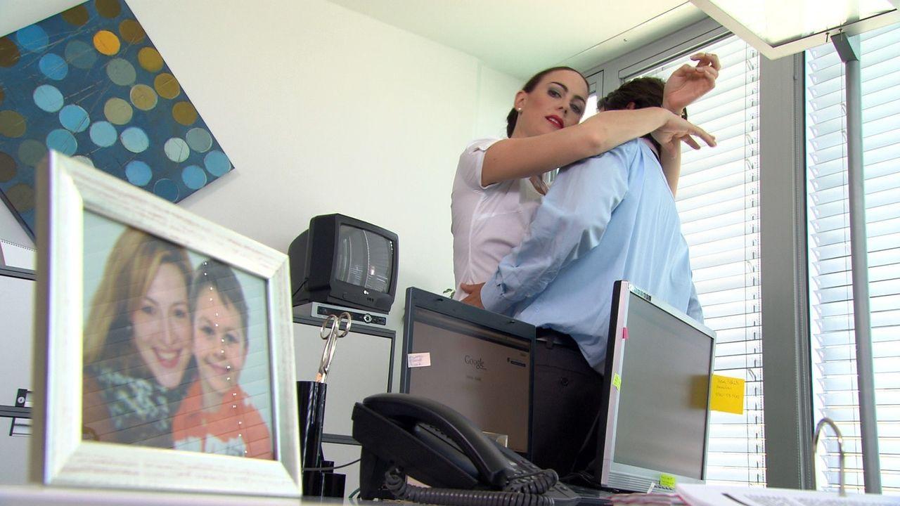 Versucht alles, um ihren Chef Timo Langhoff (r.) zu besitzen: Sekretärin Natalie (l.) ... - Bildquelle: SAT.1
