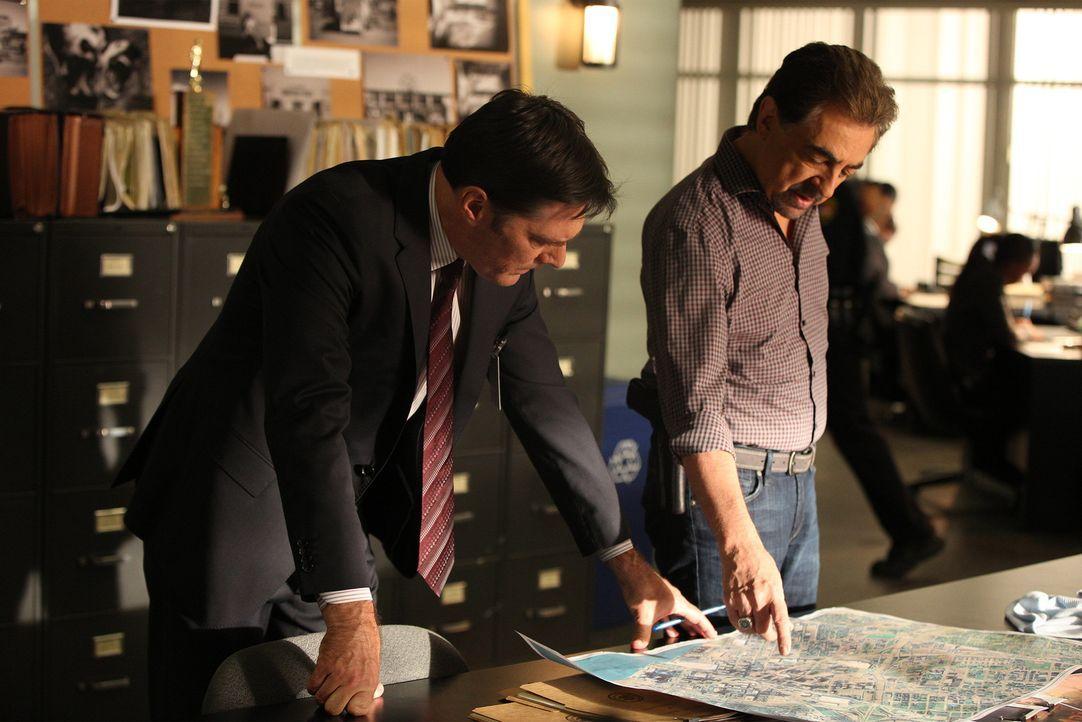 Ermitteln in einem Fall bizarrer Leichenschändung in Graffitis: Hotch (Thomas Gibson, l.) und Rossi (Joe Mantegna, r.) ... - Bildquelle: Monty Brinton ABC Studios