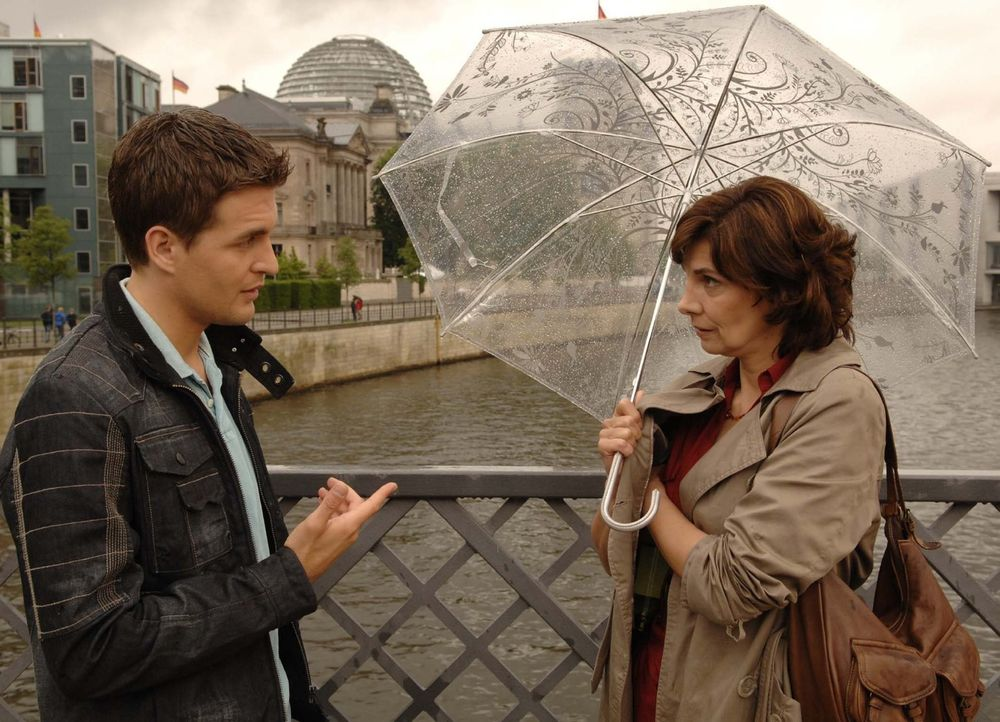 Lars(Alexander Klaws, l.) hat eine mysteriöse Begegnung mit seiner Mutter Steffi (Karin Kienzer, r.) ... - Bildquelle: Sat.1