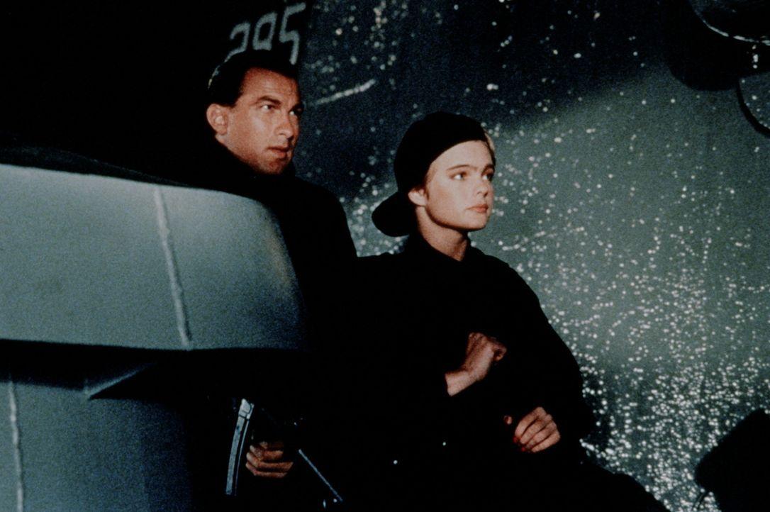 Der Schiffskoch und Ex-Einzelkämpfer Casey Ryback (Steven Seagal, l.) und das Playboy-Model Jordan Tate (Erika Eleniak, r.) wollen die Terroristen... - Bildquelle: Warner Bros.