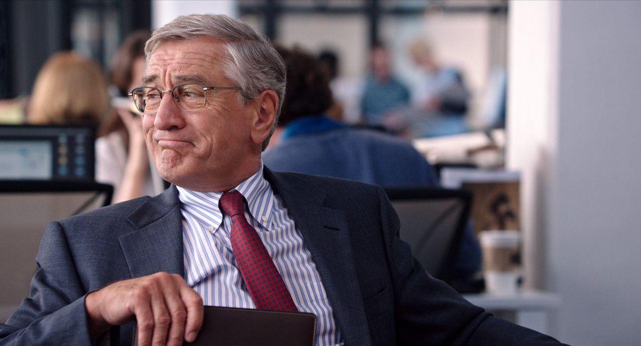 Obwohl sich der 70-jährige Ben Whittaker (Robert De Niro) seinen Ruhestand eigentlich leisten könnte, hat er keine Lust auf das Nichtstun ... - Bildquelle: Warner Brothers