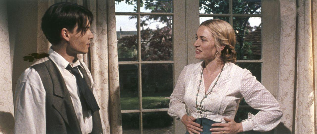 """Während Barrie (Johnny Depp, l.) sich voller Eifer in die schwierigen Proben zu seinem neuen Theaterstück """"Peter Pan"""" stürzt, erkrankt Sylvia (Ka... - Bildquelle: Miramax Films. All rights reserved"""