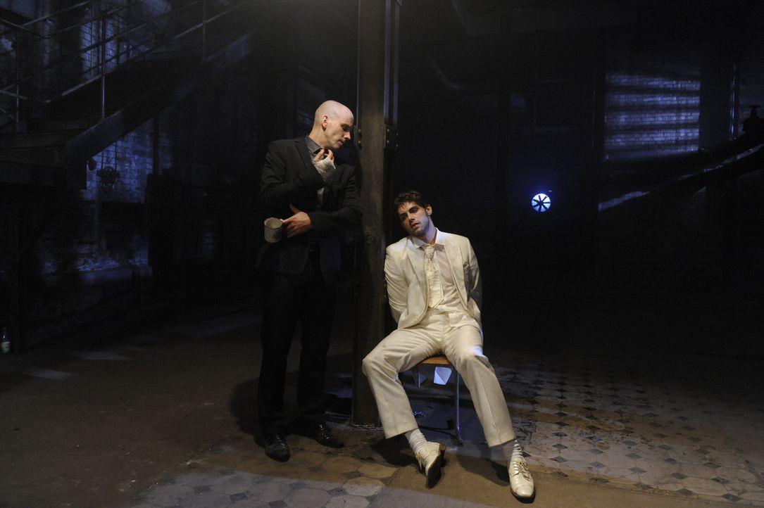 Jonas (Roy Peter Link, r.) erwacht allein im Verließ und fordert von Gerrit, Anna zu sehen. Doch Gerrit (Lars Löllmann, l.) spielt geschickt mit J... - Bildquelle: SAT.1