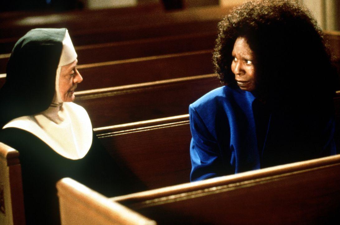 Wird Deloris (Whoopie Goldberg, r.) der Mutter Oberin (Maggie Smith, l.) einen Gefallen tun? - Bildquelle: Buena Vista Pictures