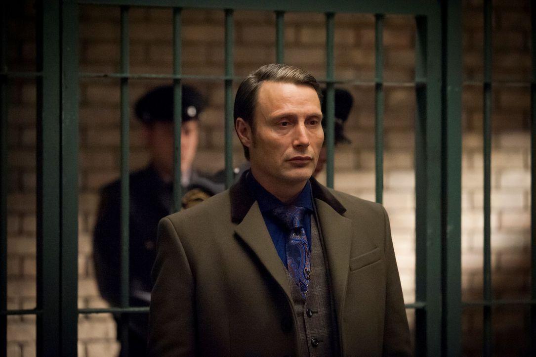 Dr. Hannibal Lecter (Mads Mikkelsen) stattet seinem Patienten, der inzwischen in ein Gefängnis für psychisch kranke Straftäter verlegt wurde, ein... - Bildquelle: Brooke Palmer 2013 NBCUniversal Media, LLC
