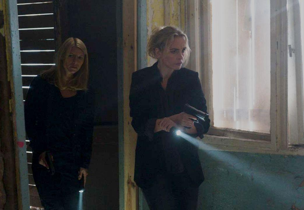 Nachdem ein Drohvideo des IS veröffentlicht wurde, indem Quinn zu sehen ist, machen sich Carrie (Claire Danes, l.) und Astrid (Nina Hoss, r.) auf, u... - Bildquelle: Stephan Rabold 2015 Showtime Networks, Inc., a CBS Company. All rights reserved.