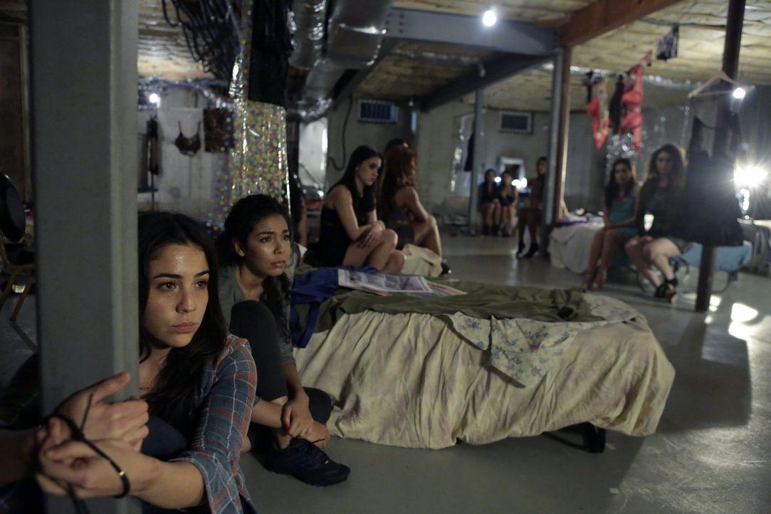 Als den Mädchenhändlern klar wird, dass ihre Tarnung aufzufliegen droht, beschließen sie, das Haus mitsamt Zapata (Audrey Esparza, l.) und allen and... - Bildquelle: Warner Brothers