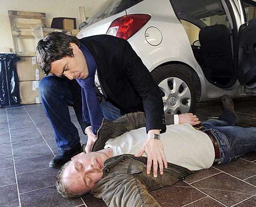 Julian kann gerade noch rechtzeitig Jens retten und glaubt, dass Alexandra vor hat, auch Bea etwas anzutun ... - Bildquelle: Christoph Assmann - Sat1