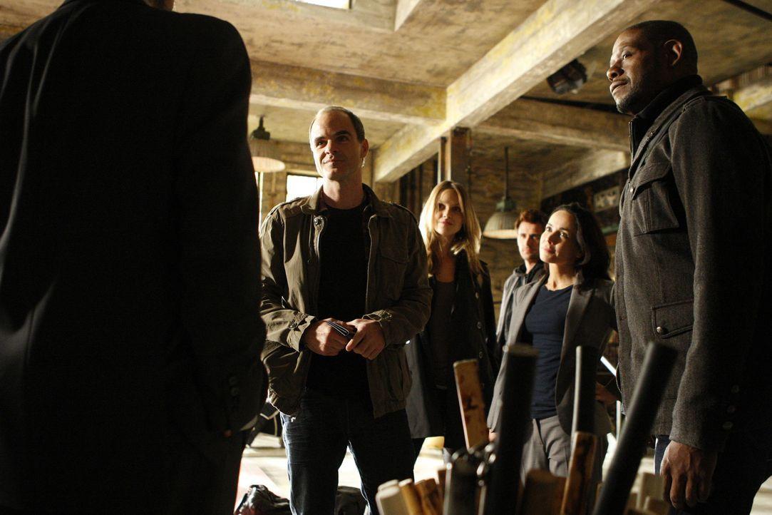 Als ein achtjähriges Mädchen entführt wird, werden John (Michael Kelly, l.), Beth (Janeane Garofalo, 2.v.r.), Sam (Forest Whitaker, r.), Gina (Be... - Bildquelle: ABC Studios