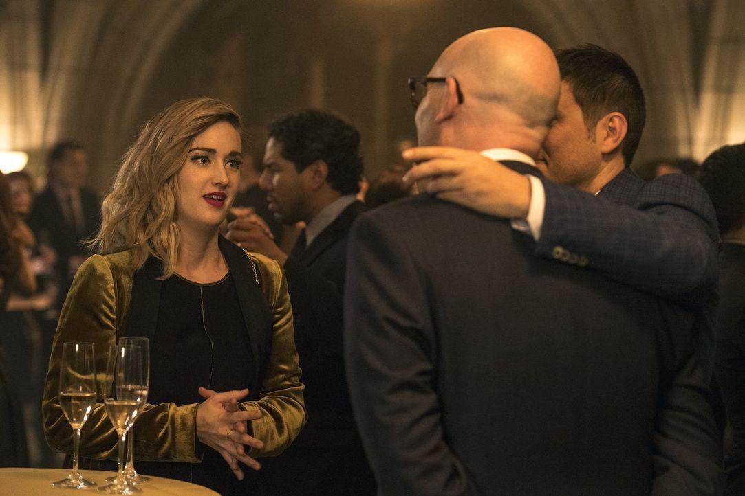 Um die Geheimnisse des Jameson College-Clubs lüften zu können, wagt sich Patterson (Ashley Johnson, l.) unter lauter wichtige und teilweise zwielich... - Bildquelle: Warner Brothers