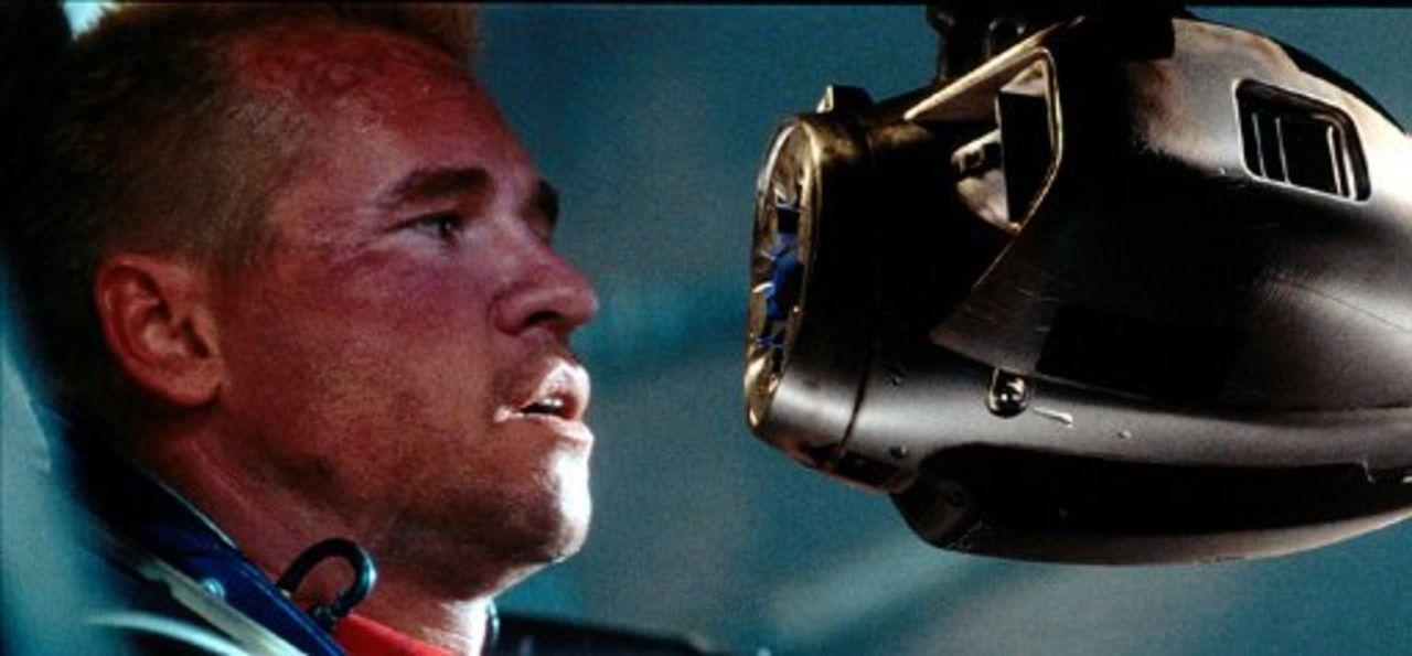 Vom Freund zum Feind: Beim Absturz wurde Kampfroboters A.M.E.E. umprogrammiert - nun stellt er für Gallagher (Val Kilmer) und das restliche Team ein... - Bildquelle: Warner Bros. Entertainment Inc.