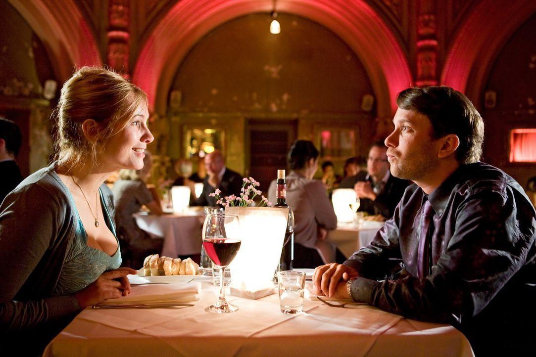 Der unerfahrene Günther (Christian Ulmen, r.) führt seine Susanne (Nadja Uhl, l.) in ein schickes Restaurant aus. Noch weiß er nicht, was sie sic... - Bildquelle: Conny Klein Warner Bros.