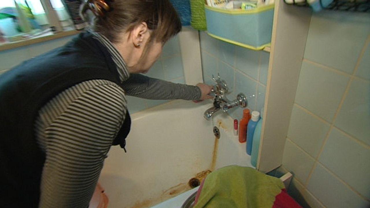 Obwohl die bekennende Mietprellerin Frau W. keine Miete zahlt, beschwert sie sich über Schäden in ihrem Badezimmer ... - Bildquelle: SAT.1