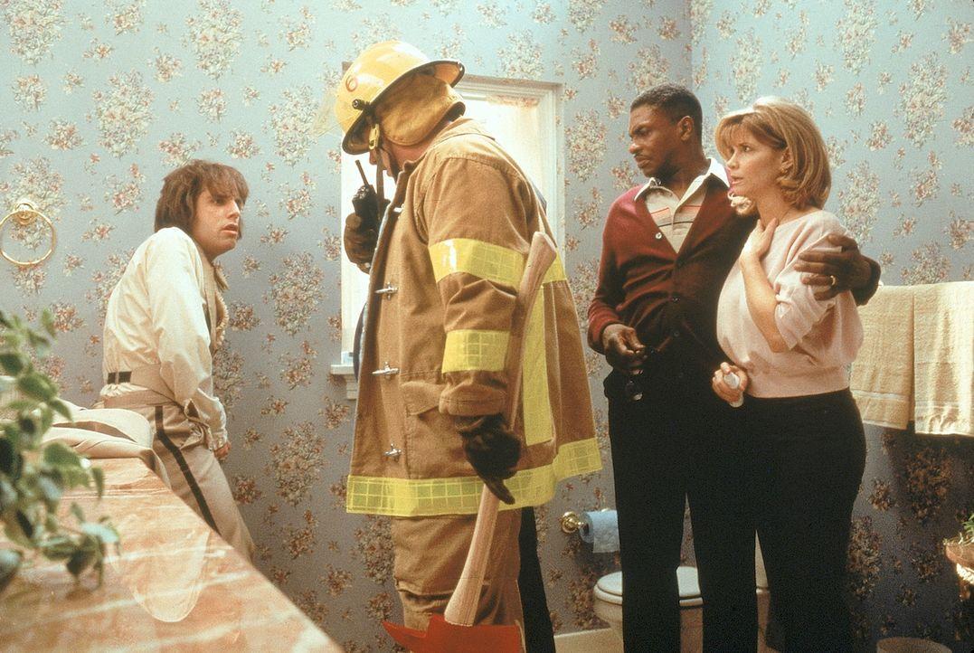 Am Abend des ersten Dates wollte Ted (Ben Stiller, l.) nur noch mal im Haus von Marys Eltern auf Toilette gehen. Doch ein Problem mit dem Reißversch... - Bildquelle: 1998 Twentieth Century Fox Film Corporation. All rights reserved.