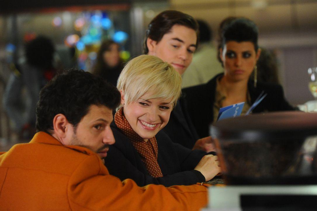 Luca und Olivia wittern die Chance, den ungeliebten Weihnachtsferien im Kreis der Familie zu entgehen. (v.l.n.r.) Luca (Manuel Cortez), Olivia (Kasi... - Bildquelle: SAT.1