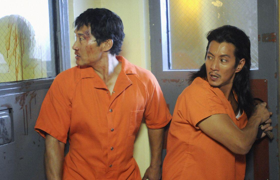 Als Chin (Daniel Dae Kim, l.) mitten in der Nacht entführt und in Häftlingsuniform mitten im Halawa-Gefängnis zurückgelassen wird, muss er um se... - Bildquelle: 2012 CBS Broadcasting, Inc. All Rights Reserved.