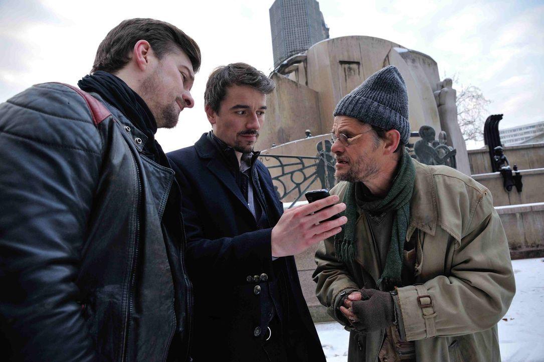 Um den Mord an einem Obdachlosen aufzuklären, versuchen Fritz (Matthi Faust, l.) und Alexander (Alexander Khuon, M.), etwas von Lothar (Lars Rudolph... - Bildquelle: Hardy Spitz SAT.1