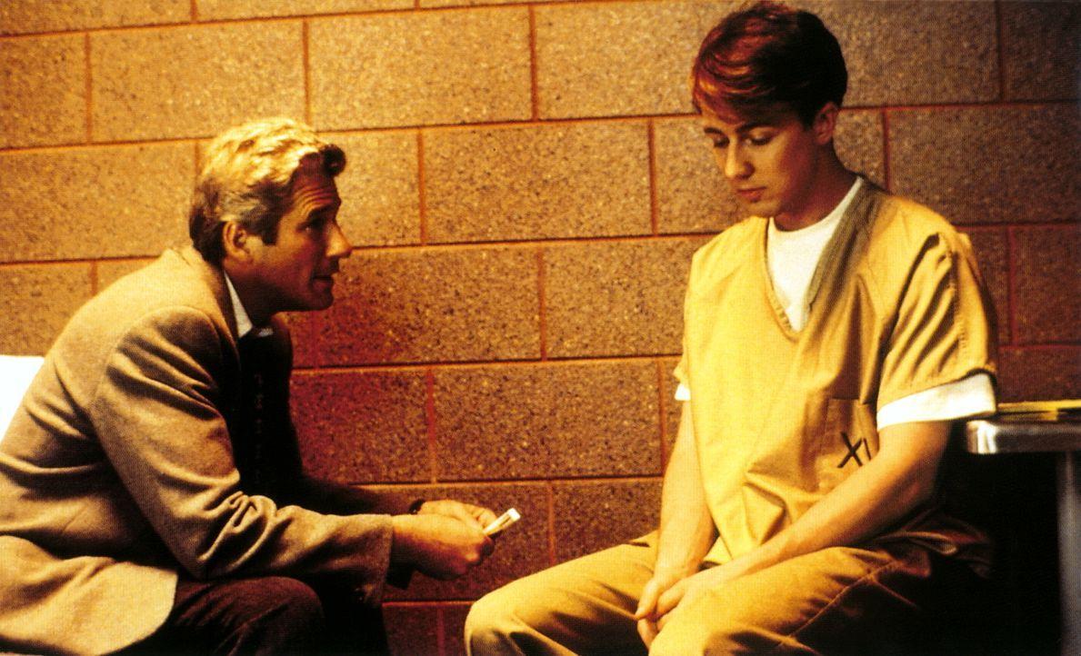 Langsam merkt Martin (Richard Gere, l.), dass irgendetwas mit seinem Mandanten Aaron (Edward Norton, r.) nicht stimmt. Er befürchtet, dass der Junge... - Bildquelle: PARAMOUNT PICTURES CORPORATION